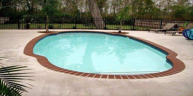 من المهم تركيب بلاط حول المسبح يتميز بمقاومة الانزلاق والمياه.