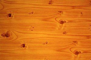 لوح خشب لونه بني محمر يحتوي على عقد غامقة